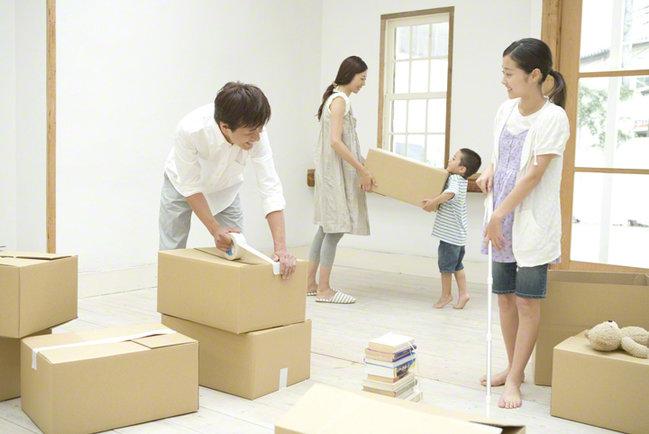 引越しの梱包をする家族