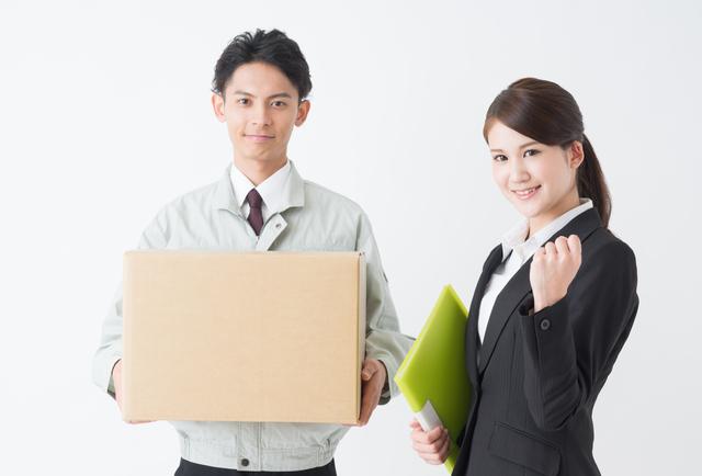 引越し業者の男性と女性スタッフ