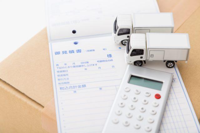 引越し料金の見積書と電卓