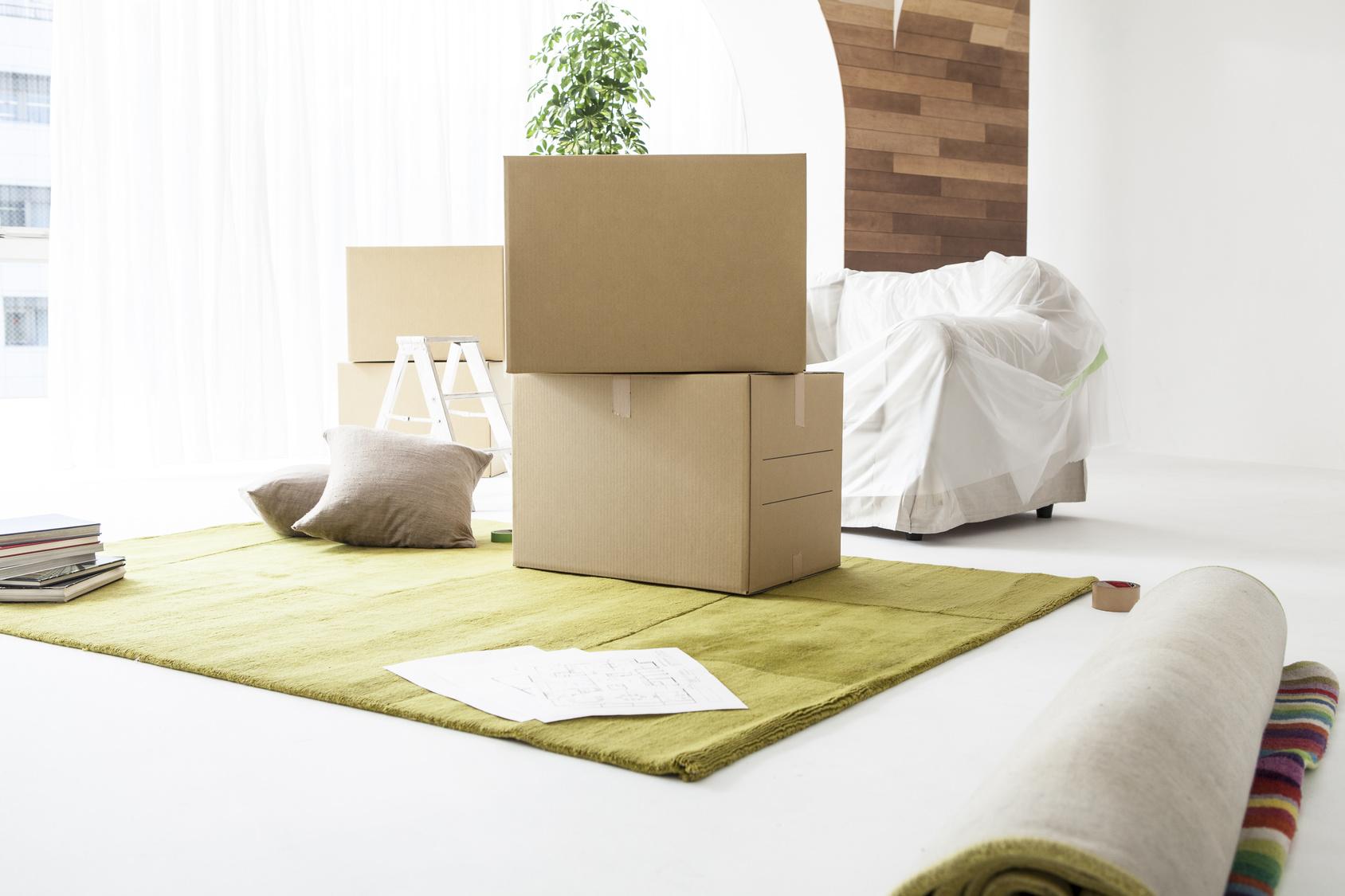 ダンボール箱や荷物が置いてある部屋