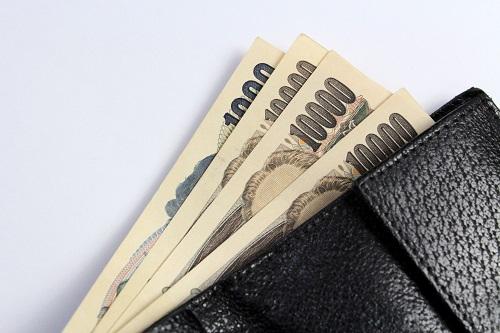 財布からはみ出す1万円札と千円札