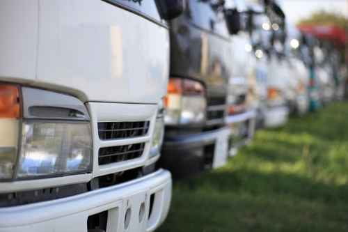 複数台並んだトラック