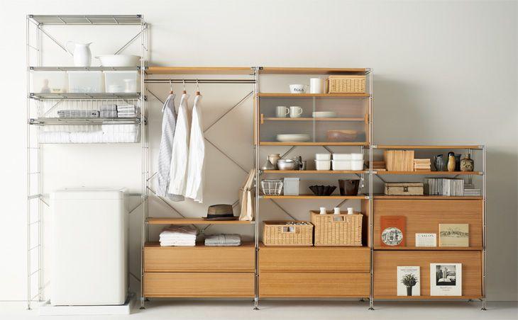 収納棚に整理整頓された雑貨・家電など